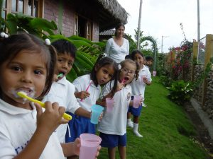 Ecuador – teaching students to brush teeth